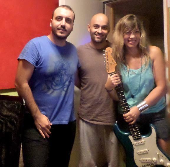 Silvia Sil grabando guitarra