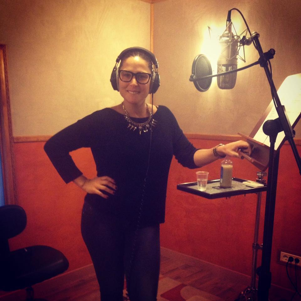 Rosa Lopez grabando en estudio
