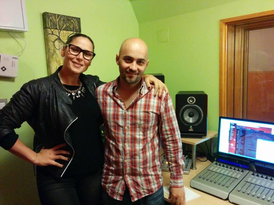 Rosa López grabando estudio