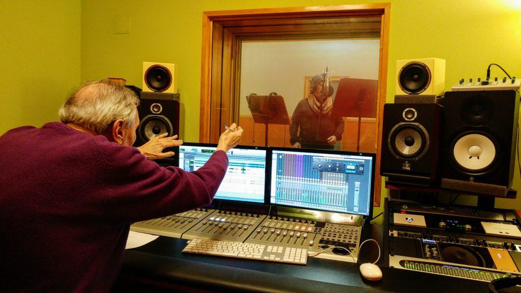 Pablo Herrero grabando en estudio